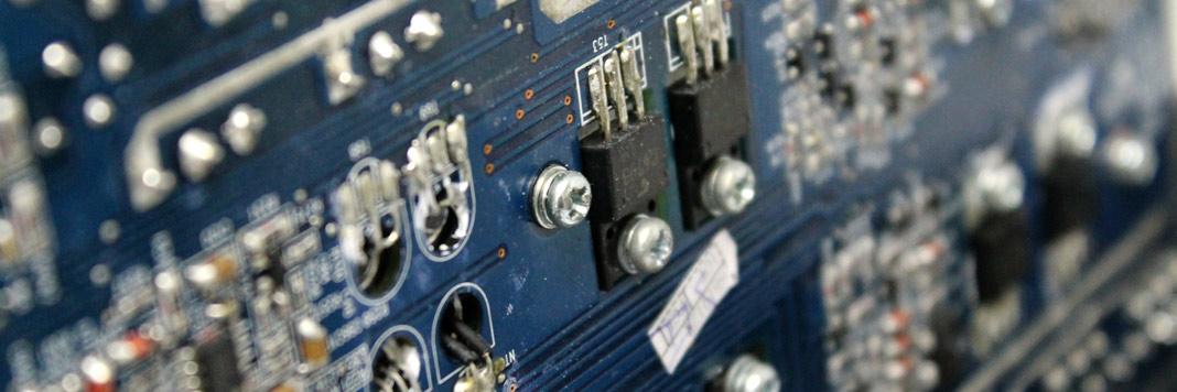 Reparación de circuitos electrónicos. Vista de una placa electrónica.