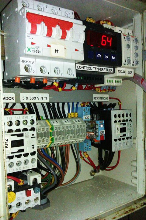 Cuadro eléctrico de una caldera de cocción